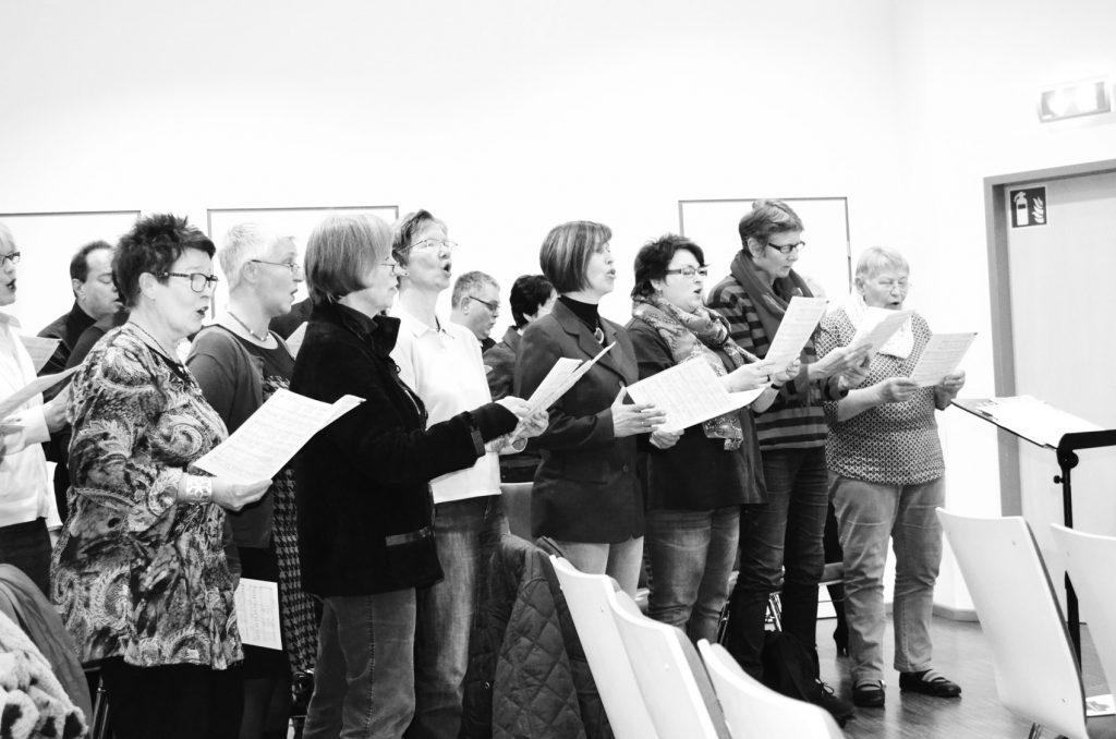 """Der Chor der Friedenskirche sang """"You raise me up"""", """"Gott ist treu"""" und """"Dir Gott sei die Ehre""""."""